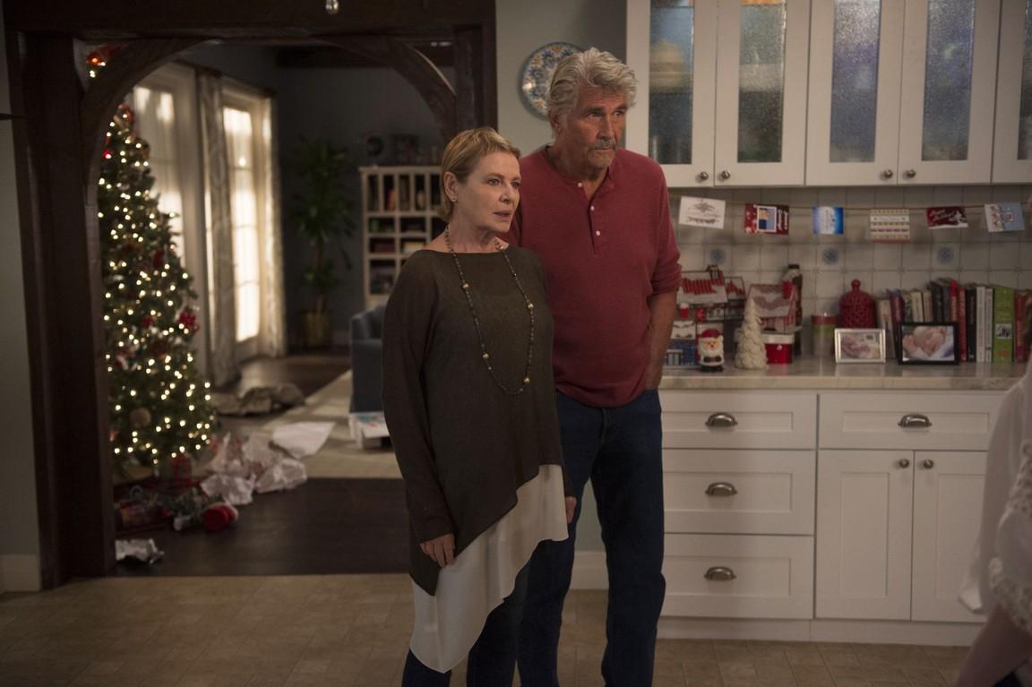 Life in Pieces - Season 1 Episode 11: College Stealing Santa Caroling