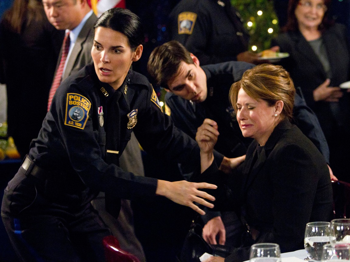 Rizzoli and Isles - Season 2 Episode 1 : We Don't Need Another Hero