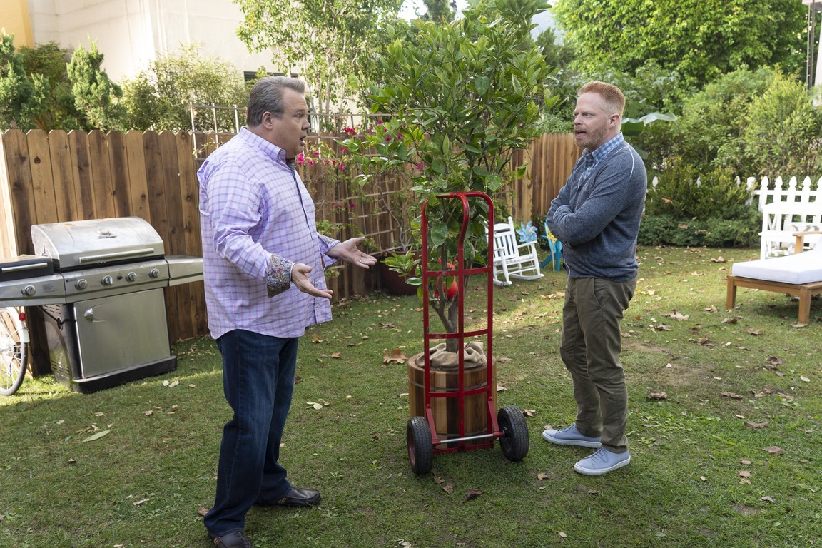 Modern Family - Season 10 Episode 09: Putting Down Roots
