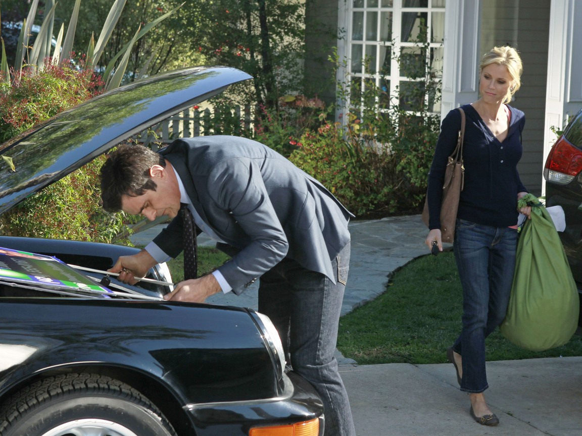 Modern Family - Season 3 Episode 21: Planes, Train and Cars
